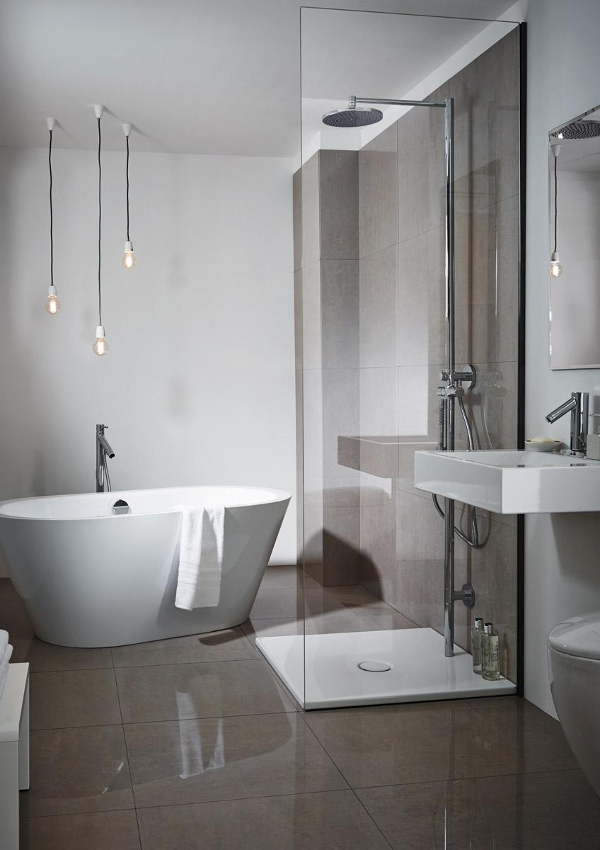 Modernes Badezimmer Mit Freistehender Badewanne Und Ebenerdiger Dusche Von  Bette ...